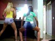 Самые красивые лесбиянки и парень занимаются футфетишем видео