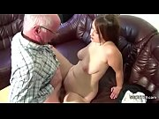 Парень уговаривает русскую студентку на секс в подъезде