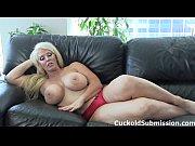 Секс с негром на красном диване