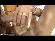 Порно мамочка соблазняет своего любимого сыночка