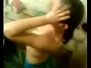 Молодой любовник трахает горячую блондинистую потаскуху в присутствии ее муженька.