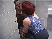 Брат трахает сисястую маму в ванной