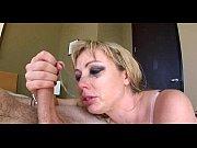 Смотреть девушка играет с пиздой