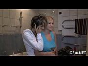 Грудастые девки заставляет парня лизать киску с сливкой и кремом