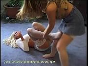 Две девки в леггинсах на улице