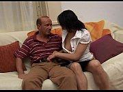 Мущина делаеь секс и засововает писку в девошкину писку и цылует девушку