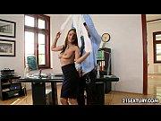 Миниатюрная женщина с большими сиськами заправлена спермой