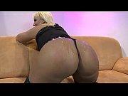 Порно красивая блондинка в трусиках кончает с верху