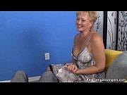Девушка в белых чулках мастурбирует и танцует видео
