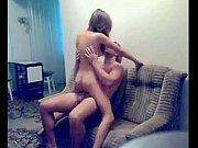 Две госпожи молодые заставляют раба слизывать с пизди выделенния ск
