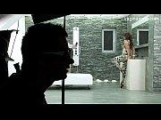 Брюнетка с большой грудью танцует стриптиз дома