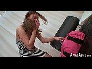 Русская девушка стоит у окна порно