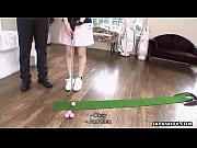 このアジア可愛い人にいくつかのセクシーなゴルフのスキルを教える
