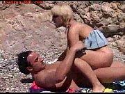 eine blondine am strand