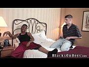 Negro ativo traçando o branquinho passivo