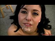 Молодую девушку глубоко трахнули в киску порновидео