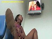 Порно фото женщины на кровати с раздвинутыми ногами
