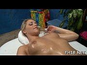 Зрелая шикарная женщина мастурбирует