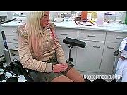 Молодая девушка медленно раздевается на мотоцикле