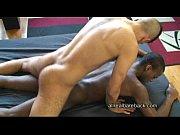 Negro safado tomando rola do branquelo comedor