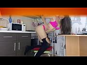 Парень девушке с длинными волосами ножницами разрезает трусики видео