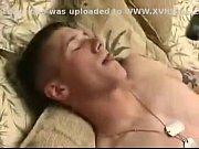 Белокурая телочка дарит ему сексуальные ласки