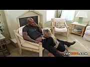 Трахают мужчин в женском видео