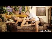Женщина вставляет себе в попу вибратор видео