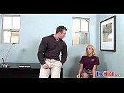 Парень шлепает свою девушку ремнем