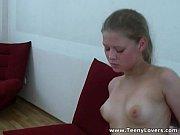 Горничная с хозяйкой удовлетворяют мужика на кровати