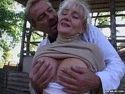 Руские две девушки заставляют парня пить их мочу