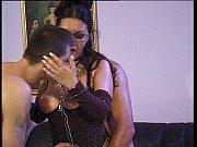 Женщина в панталонах мастурбирует бутылкой