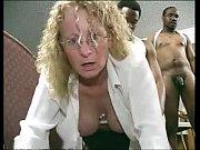 Женщина прыгает на языке мужика видео