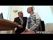 Русскую девушку трахают одновременно два парня