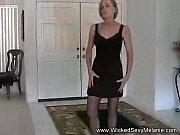 Девушка берёт в руку член и насаживается