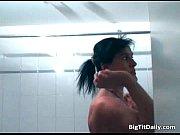 Девушка мастурбирует свою письку и кончает оргазм видео