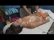 Сочная мамаша подставляет попу и трахается в анал