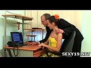 Гинеколог показывает глубину влагалища девушки
