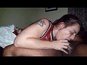 Женщина снимает трусики и показывает пизду перед камерой