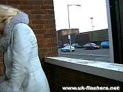 Девушка на улице показывает всем пизду смлотреть видео