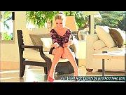 Русская красивая женщина стоит рачком