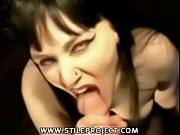 Кончает в рот мамы спермой в ванной порно