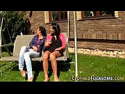 Порно видео мать показывает дочери как сосать и дрочить член