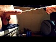 Девушка засовывает чупа чупс в клитор