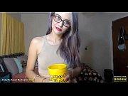 Милашка показывает свои прелести видео смотреть онлайн