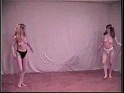 Две красивые девушки сосут один член