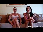 Женщина показывает интивные маста
