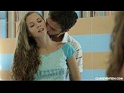 Видео мужыки роздевают девушку