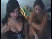Девушки показывают прелести влюдных местах