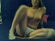 Блондинка приятно проводит время в ванной комнате